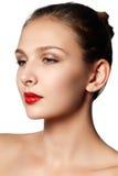 τα όμορφα κομψά στενά καλλυντικά που εξισώνουν τα χείλια μόδας προσώπου κάνουν makeup το πρότυπο πορτρέτο την κόκκινη αναδρομική  Στοκ Εικόνες