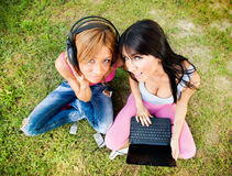 Τα όμορφα κορίτσια ακούνε μουσική Στοκ Εικόνες
