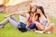 Τα όμορφα κορίτσια ακούνε μουσική Στοκ φωτογραφία με δικαίωμα ελεύθερης χρήσης