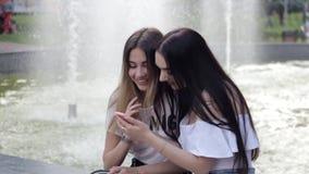 Τα όμορφα κορίτσια επιλέγουν τα τρόφιμα σε μια κινητή εφαρμογή απόθεμα βίντεο