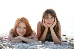 τα όμορφα κορίτσια παραλ&iota Στοκ φωτογραφία με δικαίωμα ελεύθερης χρήσης