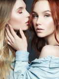 Τα όμορφα κορίτσια συνδέουν Αγκάλιασμα δύο γυναικών Στοκ φωτογραφίες με δικαίωμα ελεύθερης χρήσης