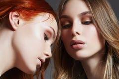 Τα όμορφα κορίτσια συνδέουν φίλες προκλητικά δύο στοκ φωτογραφία με δικαίωμα ελεύθερης χρήσης