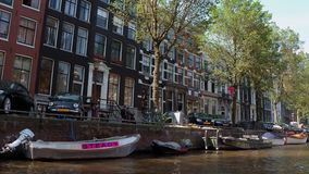Τα όμορφα κτήρια γύρω από τα κανάλια του Άμστερνταμ - του ΑΜΣΤΕΡΝΤΑΜ - οι ΚΑΤΩ ΧΏΡΕΣ - 19 Ιουλίου 2017 Στοκ Φωτογραφία