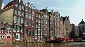 Τα όμορφα κτήρια γύρω από τα κανάλια του Άμστερνταμ - του ΑΜΣΤΕΡΝΤΑΜ - οι ΚΑΤΩ ΧΏΡΕΣ - 19 Ιουλίου 2017 Στοκ εικόνα με δικαίωμα ελεύθερης χρήσης