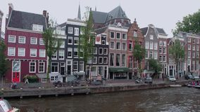 Τα όμορφα κτήρια γύρω από τα κανάλια του Άμστερνταμ - του ΑΜΣΤΕΡΝΤΑΜ - οι ΚΑΤΩ ΧΏΡΕΣ - 19 Ιουλίου 2017 Στοκ εικόνες με δικαίωμα ελεύθερης χρήσης