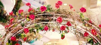 Τα όμορφα κόκκινα τριαντάφυλλα που ανθίζουν στο μέταλλο ανοίγουν για το υπόβαθρο ή τη σύσταση, ημέρα βαλεντίνων ` s Στοκ φωτογραφία με δικαίωμα ελεύθερης χρήσης