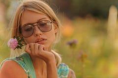 Τα όμορφα λουλούδια ποτίσματος νέων κοριτσιών Η έννοια μιας καλής νοικοκυράς στο σπίτι της στοκ εικόνα με δικαίωμα ελεύθερης χρήσης