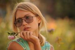 Τα όμορφα λουλούδια ποτίσματος νέων κοριτσιών Η έννοια μιας καλής νοικοκυράς στο σπίτι της στοκ φωτογραφία με δικαίωμα ελεύθερης χρήσης