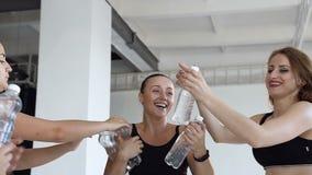 Τα όμορφα νέα κορίτσια παίρνουν τα μπουκάλια του νερού από ένα λεωφορείο ικανότητας μετά από τα μαθήματα γιόγκας Αθλητισμός και υ φιλμ μικρού μήκους