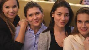 Τα όμορφα νέα κορίτσια στον καφέ κάθονται και προσέχουν τις εικόνες στη κάμερα στοκ εικόνες με δικαίωμα ελεύθερης χρήσης