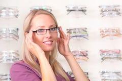 τα όμορφα ξανθά γυαλιά προ&sig Στοκ Εικόνα