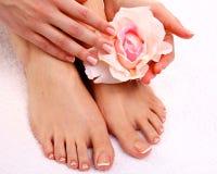 τα όμορφα πόδια των γαλλικών απομόνωσαν την τέλεια SPA pedicure καρφιών Στοκ Φωτογραφίες