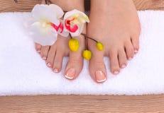 τα όμορφα πόδια των γαλλικών απομόνωσαν την τέλεια SPA pedicure καρφιών Στοκ εικόνες με δικαίωμα ελεύθερης χρήσης