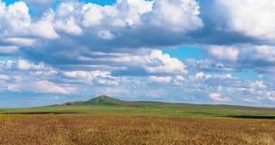 Τα όμορφα σύννεφα τοπίων Timelapse πέρα από τα πράσινα ΠΛΗΡΗ HD σύννεφα τομέων 4K επιπλέουν στον ουρανό Μετακίνηση των άσπρων σύν απόθεμα βίντεο
