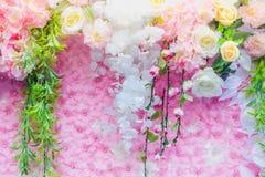 Τα όμορφα τεχνητά λουλούδια διακοσμούν τη σκηνή στο φεστιβάλ Στοκ Φωτογραφίες