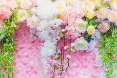 Τα όμορφα τεχνητά λουλούδια διακοσμούν τη σκηνή στο φεστιβάλ Στοκ εικόνα με δικαίωμα ελεύθερης χρήσης