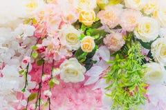 Τα όμορφα τεχνητά λουλούδια διακοσμούν τη σκηνή στο φεστιβάλ Στοκ Εικόνα
