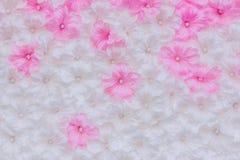 Τα όμορφα τεχνητά λουλούδια διακοσμούν τη σκηνή στο φεστιβάλ Στοκ φωτογραφίες με δικαίωμα ελεύθερης χρήσης