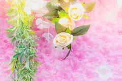 Τα όμορφα τεχνητά λουλούδια διακοσμούν τη σκηνή στο φεστιβάλ Στοκ φωτογραφία με δικαίωμα ελεύθερης χρήσης