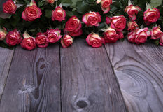 Τα όμορφα τριαντάφυλλα βρίσκονται στην ξύλινη επιτραπέζια μπροστινή άποψη Στοκ Εικόνες