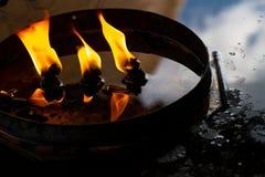 Τα όμορφα cendles προειδοποιούν το κίτρινο πνεύμα φλογών κεριών φωτισμού και πυρκαγιάς Στοκ Εικόνες