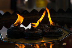 Τα όμορφα cendles προειδοποιούν το κίτρινο πνεύμα φλογών κεριών φωτισμού και πυρκαγιάς Στοκ Φωτογραφία