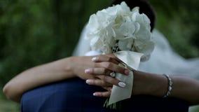 Τα όμορφα newlyweds αγκαλιάζουν ήπια συνδέστε τις νεολαίες αγάπης αγάπη τρυφερότητας απόθεμα βίντεο