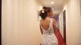 Τα όμορφα wiggling ισχία νυφών περπατούν κάτω από το διάδρομο απόθεμα βίντεο