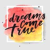 Τα όνειρα έρχονται αληθινή συρμένη χέρι εγγραφή στον παφλασμό watercolor στον παφλασμό watercolor στα κόκκινα και κίτρινα χρώματα Στοκ εικόνα με δικαίωμα ελεύθερης χρήσης
