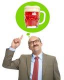 Τα όνειρα ατόμων ενός γυαλιού με την μπύρα Στοκ φωτογραφία με δικαίωμα ελεύθερης χρήσης