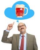 Τα όνειρα ατόμων ενός γυαλιού με την μπύρα Στοκ εικόνες με δικαίωμα ελεύθερης χρήσης