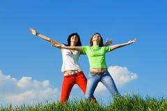 τα όνειρα πετούν ευτυχή σε δύο νεολαίες γυναικών στοκ φωτογραφία με δικαίωμα ελεύθερης χρήσης