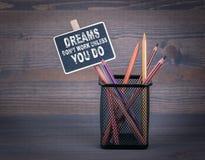 Τα όνειρα φορούν την εργασία ` τ εκτός αν Μια μικρή κιμωλία πινάκων και ομο Στοκ εικόνα με δικαίωμα ελεύθερης χρήσης
