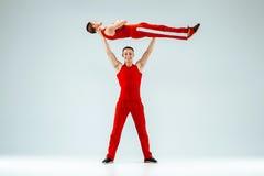 Τα δύο γυμναστικά ακροβατικά καυκάσια άτομα στην ισορροπία θέτουν Στοκ Εικόνες