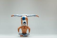 Τα δύο γυμναστικά ακροβατικά καυκάσια άτομα στην ισορροπία θέτουν Στοκ Φωτογραφίες