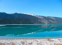Τα δύσκολα βουνά απεικόνισαν στη λίμνη muncho Στοκ φωτογραφία με δικαίωμα ελεύθερης χρήσης