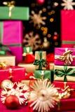 Τα δώρα λίγων Χριστουγέννων και μεγαλύτερος παρουσιάζουν στοκ εικόνες