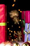 Τα δώρα, ακτινοβολούν, σφαίρες και αστέρια στοκ εικόνα