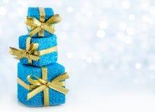 Τα δώρα Χριστουγέννων ακτινοβολούν επάνω υπόβαθρο Στοκ Φωτογραφίες