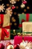 Τα δώρα Χριστουγέννων, ακτινοβολούν, μπιχλιμπίδια και αστέρια στοκ φωτογραφία