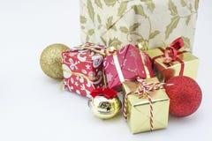 τα δώρα Χριστουγέννων ανασκόπησης που απομονώνονται το λευκό παρουσιάζουν Στοκ φωτογραφία με δικαίωμα ελεύθερης χρήσης
