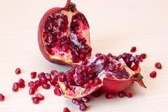 Τα ώριμα φρούτα ροδιών κόβονται στον πίνακα Στοκ Φωτογραφίες