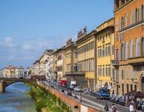 Τα bautiful ιταλικά buidlings ύφους κατά μήκος του ποταμού Arno στη Φλωρεντία - τη ΦΛΩΡΕΝΤΙΑ/την ΙΤΑΛΙΑ - 12 Σεπτεμβρίου 2017 Στοκ εικόνες με δικαίωμα ελεύθερης χρήσης