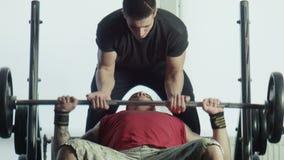 Τα bodybuilders ασκούν με έναν φραγμό απόθεμα βίντεο