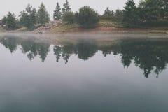 τα bushers ηρεμούν τη λίμνη σύνθεσης moutain απεικονίζοντας την κατακόρυφο δέντρων ηλιοβασιλέματος αντανάκλασης Στοκ φωτογραφία με δικαίωμα ελεύθερης χρήσης