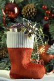τα cristmas παρουσιάζουν τη γυναικεία κάλτσα Στοκ φωτογραφία με δικαίωμα ελεύθερης χρήσης