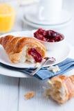 τα croissant πιάτα μαρμελάδας κερασιών ξινίζουν το λευκό στοκ φωτογραφία