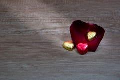 Τα cupcakes με την καρδιά διαμορφώνουν τη σοκολάτα στον ξύλινο πίνακα Στοκ φωτογραφίες με δικαίωμα ελεύθερης χρήσης