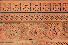 Τα Floral και γεωμετρικά σχέδια σμιλεύθηκαν σε έναν τοίχο σε Qutb minar στο Νέο Δελχί (Ινδία) Στοκ Εικόνα